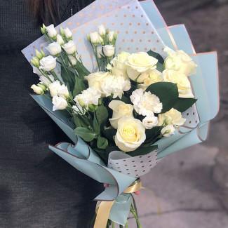 Trandafiri albi și garoafe fotografie