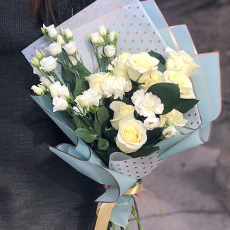 Белые розы и гвоздики фото
