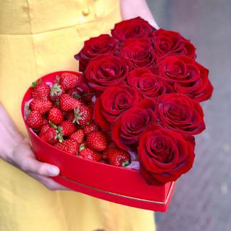 Inimă cu Căpșuni și Trandafiri