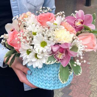 Цветы в голубой корзиночке фото