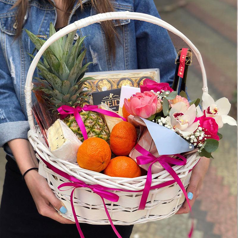 Подарочная корзина с цветами и продуктами фото