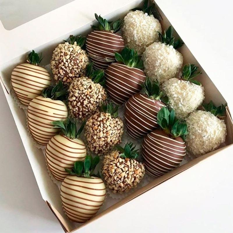 Strawberries in chocolate photo