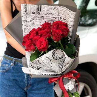 15 Trandafiri Roșii în Ziar