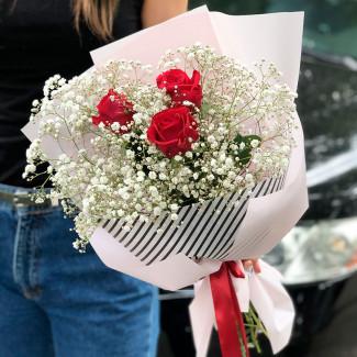 красные розы с гипсофилой фото