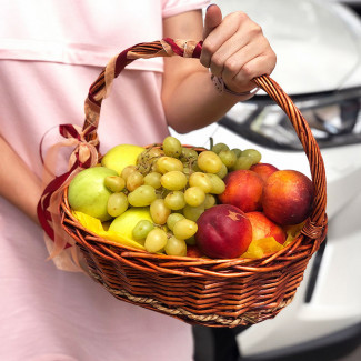 Coș cu fructe cu piersici fotografie