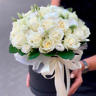 Trandafiri albi în cutie neagră fotografie