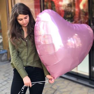 Fotografie cu mare balon inimă roz