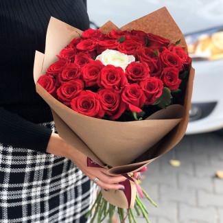 25 красных роз и 1 белая в крафте фото