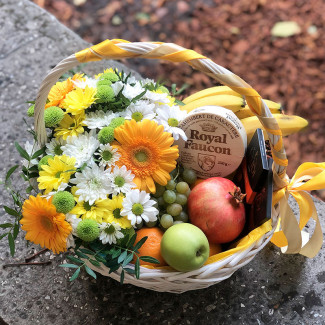 Coș cu fructe și flori fotografie