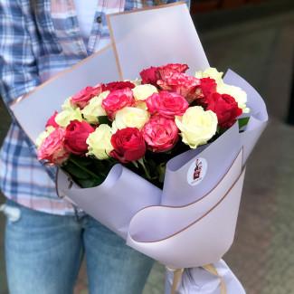 Букет 25 разноцветных роз фото