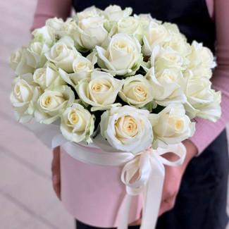 Белые розы в розовой коробке фото