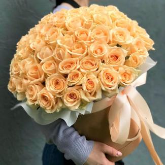 Кремовые розы в коробке фото