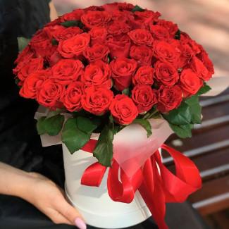 51 trandafiri roșii în cutie fotografie