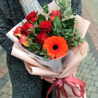 Buchet de gerbera portocalie și trandafiri fotografie