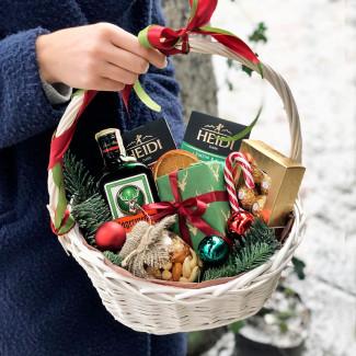 Новогодняя корзина со сладостями фото