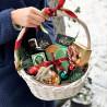 Coș de Craciun cu dulciuri fotografie