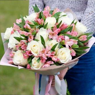 Букет Белых Роз и Альстромерий