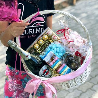 gift basket of chocolates and champagne foto