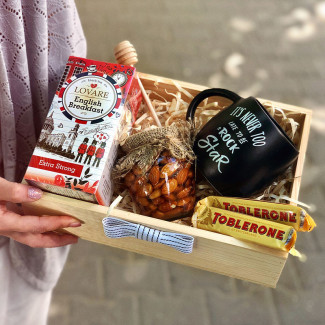gift box with a mug and honey picture