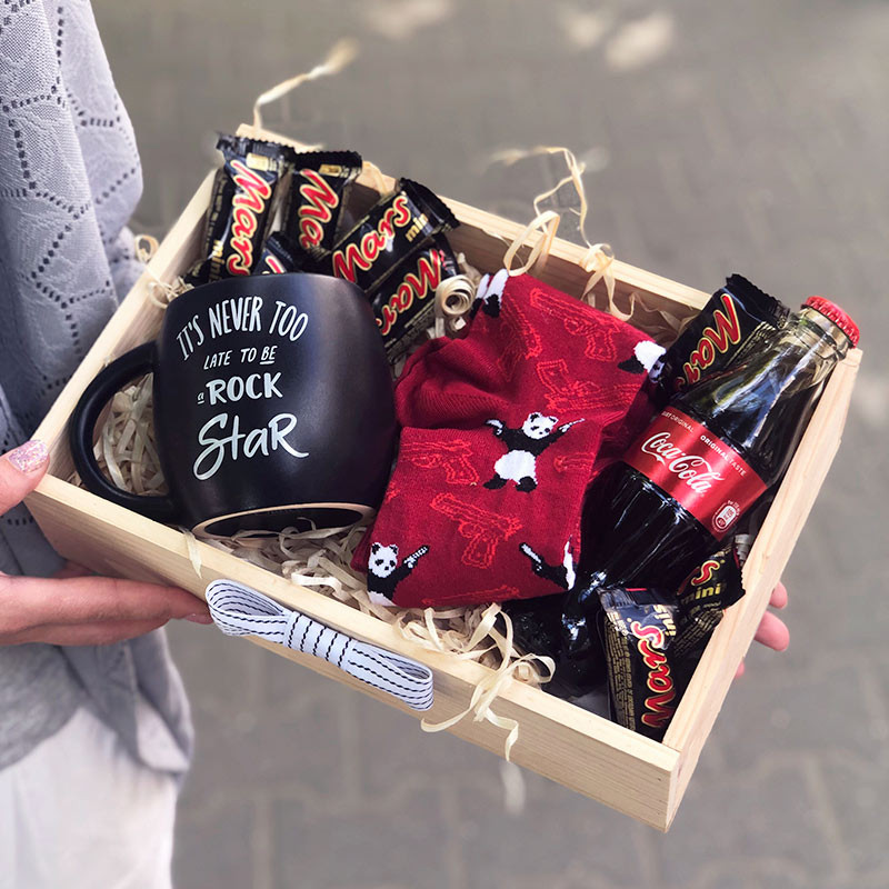 gift box with a mug and socks picture