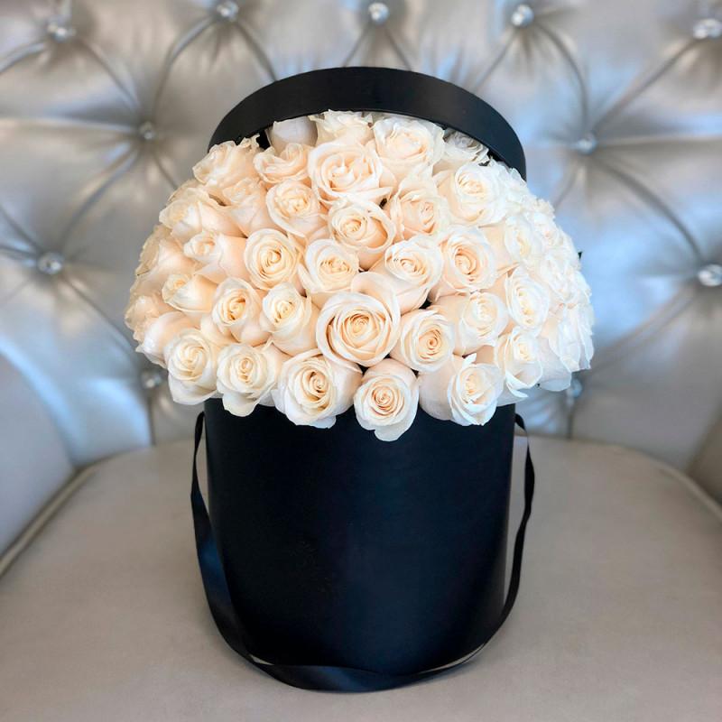 49 trandafiri albi în cutie neagră fotografie